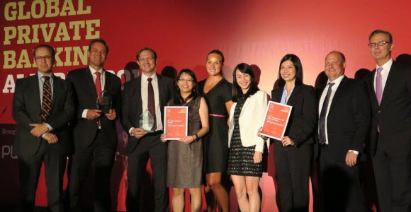 SEB staff accepts prize at ceremony in Singapore